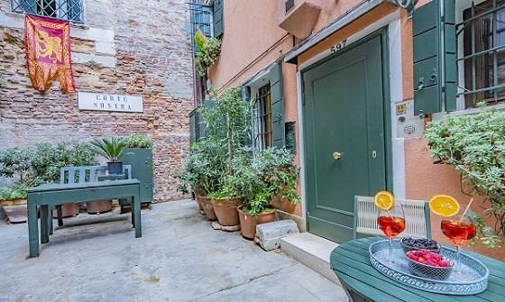 Lo Squero apartment Venetian courtyard